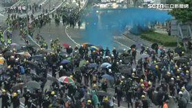 反送中再衝突!違法示威者丟燃燒彈 港警水砲車直接對人射(圖/AP授權)
