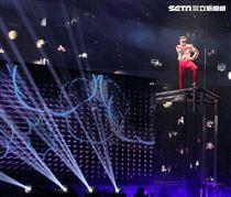 郭富城台北小巨蛋舉辦「舞林密碼」演唱會穿透視裝還露點秀胸肌,貨櫃舞台、燈光、勁歌熱舞震撼全場。(記者邱榮吉/攝影)