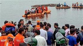 印度觀光船隻翻覆。(圖/翻攝自推特)