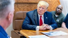 颶風多利安或已遠颺,但美國國家氣象局現在發現,一場政治風暴正朝它襲來。圖為美國總統川普(中)聽取颶風多利安災情簡報。(圖取自twitter.com/realDonaldTrump)