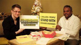曾揭發美國政府秘密監控計畫的「吹哨者」史諾登(左)表示很希望獲得法國庇護。圖為史諾登與國際特赦組織秘書長謝蒂(Salil Shetty)見面。(圖取自twitter.com/Snowden)