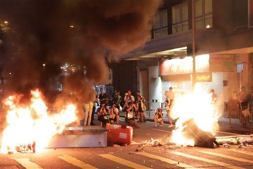 香港警察下午4時多以催淚彈和水炮車在金鐘政府總部外清場後,晚間示威者往灣仔和銅鑼灣方向走,沿途多次焚燒雜物。中央社記者張謙香港攝 108年9月15日
