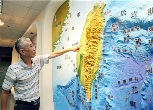 20年前的九二一地震,第一個得知地震規模達7.3的人,是7年前退休的吳慶餘。他在地震測報中心工作26年,處理過數不清的地震報告,九二一地震發生時,他剛好輪值夜班。中央社記者郭日曉攝 108年9月16日