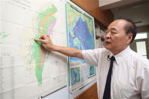 前中央氣象局地震測報中心主任郭鎧紋形容,地震測報中心就是為台灣地震寫日記,九二一這場百年大震餘震多又複雜,花費5年時間才完成完整紀錄,卻也讓他找到台灣地底能量釋放的邏輯。中央社記者吳家昇攝 108年9月16日