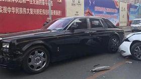 勞斯萊斯被撞 駕駛要肇事男「賣房子吧」 微博