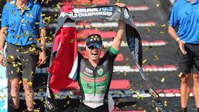 挪威選手艾登(中)日前勇奪法國鐵人三項冠軍,頭上戴著「埔鹽順澤宮」帽子,讓他聲名大噪。(圖取自Gustav Iden IG網頁instagram.com/gustav_iden)