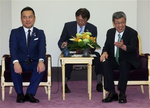 副總統陳建仁(右)16日在總統府,接見日本三重縣知事鈴木英敬(左),歡迎他的到訪。中央社記者鄭傑文攝 108年9月16日