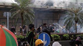 香港民眾包圍政府總部 警察發射催淚彈香港「反送中」示威者15日遊行後占領金鐘的夏愨道,包圍政府總部並射水及彈珠,警察則從內部發射催淚彈軀散。警方事前並未核准15日的遊行。中央社記者張謙香港攝 108年9月15日