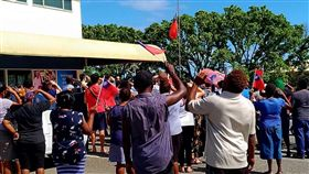臉書粉專「I am from Honiara, Solomon Islands」臉書,張貼出我大使館降下國旗的照片