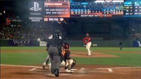 ▲邦加納(Madison Bumgarner)被強襲球擊中胸口竟沒事。(圖/翻攝自MLB官網)