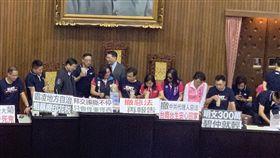 國民黨立委占主席台喝珍奶