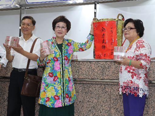 喜樂島推呂秀蓮參選2020總統(3)前副總統呂秀蓮(中)、前南投縣長彭百顯(左)17日帶著保證金前往中選會,登記為總統選舉被連署人。中央社記者張皓安攝  108年9月17日