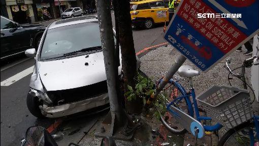 「調撥車道」要注意!小黃違規左轉慘撞轎車