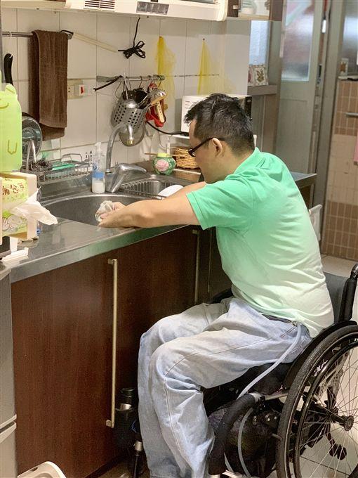 癱瘓醫生許超彥(記者郭奕均攝影、受訪者提供)