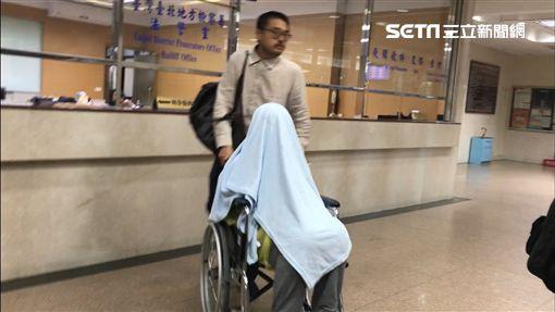 騙扁小子黃琪一反原本病懨懨的模樣,精神大好,但離開法庭時還是用毯子把自己從頭到腳蓋起來,由律師推著輪椅,在法院內引來一陣側目。(圖/記者楊佩琪攝)