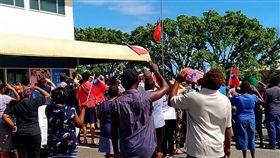 臉書粉專「I am from Honiara, Solomon Islands」臉書,張貼出我大使館降下國旗的照片,索羅門,台灣,斷交