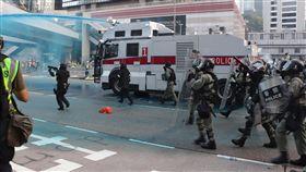 港警動用水炮車 驅散包圍政府總部示威者香港民眾15日再次上街遊行反送中,遊行結束後,部分示威者轉而包圍政府總部,警方在傍晚6時前後動用裝有藍色染劑的水炮車強力驅散他們。中央社記者張謙香港攝 108年9月15日