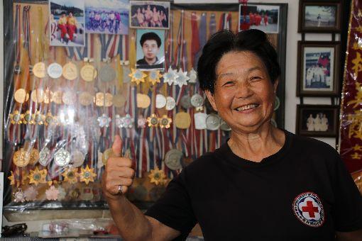 林美霞20年救災  獎牌無數今年70歲的林美霞曾是九二一地震的受災戶,20年了,林美霞仍然住在九二一地震時被震損的老房子,走進客廳,牆上掛滿了各種表揚狀、獎牌和她年輕時的照片,記錄她20年來的救災歷程。中央社記者蕭博陽攝  108年9月18日
