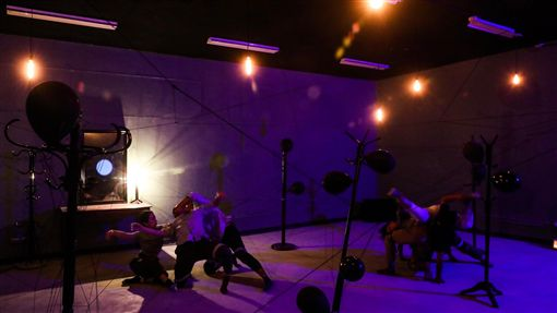 The Awake沉浸式全景劇場(2)空總台灣當代文化實驗場17日發表融合沉浸式劇場與VR影片,並以漸凍人為主題的的展演製作The Awake,提前開放民眾參觀展場裝置,正式展演將於20日至22日登場。中央社記者吳家昇攝 108年9月17日