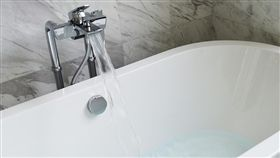 ▲妙齡女子因泡澡滑手機觸電身亡。(圖/翻攝自pixabay)