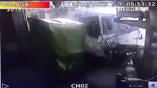 台中市陳姓司機打瞌睡,先追撞前車再撞上民宅(翻攝畫面)