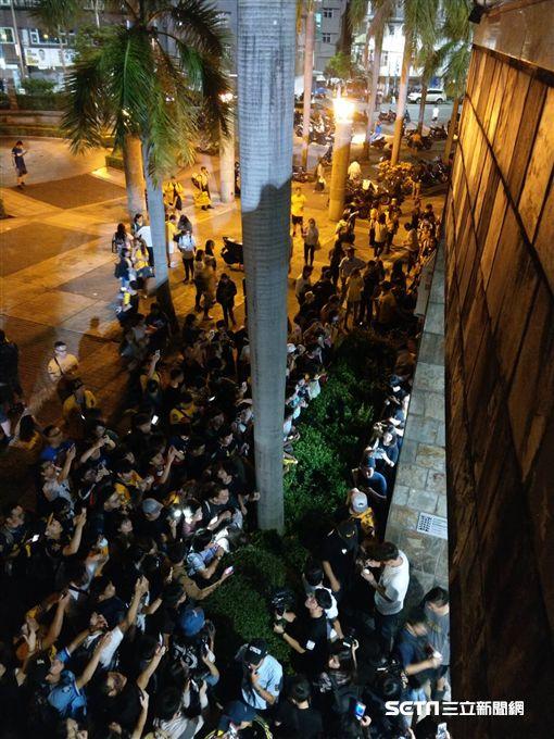 賽後有上千位球迷等待彭政閔簽名。(圖/記者王怡翔攝影)