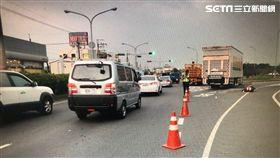 台南市1名蔡姓女騎士遭大貨車攔腰輾過,當場斷成兩截(翻攝畫面)