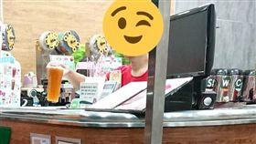 排隊買飲料!大叔先喊先贏遭店員擊落 她爽回:一杯綠茶(圖/翻攝自爆廢公社臉書)