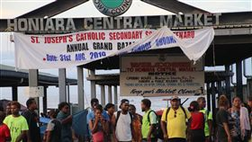 台灣是索羅門群島第4大援助國索羅門群島在2011-2017年間獲得約18億美元的援助款,其中約33億元來自台灣,台灣是第4大援助國。圖為索國民眾在首都荷尼阿拉的中央市場外等公車。中央社記者石秀娟荷尼阿拉攝  108年9月18日