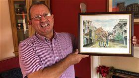 前英國救難隊員約翰霍蘭德曾是英國國際救難隊一員的約翰霍蘭德30多年來在世界各地救災,某個地震後的場景被描繪成圖畫,他受訪時拿著圖畫說明救難時的經歷。中央社記者戴雅真倫敦攝  108年9月19日