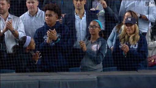▲沙巴西亞(CC Sabathia)的妻子和小孩也在場邊見證。(圖/翻攝自MLB官網)