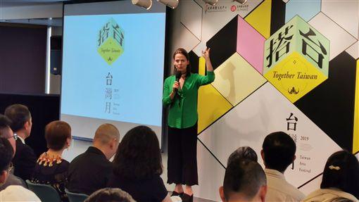 台灣月多場活動與香港西九文化區合作由香港光華中心舉辦的「台灣月」將於10月4日揭幕,本屆有多場活動與香港西九文化區合作,圖為西九文化區代表(站立者)在記者會上介紹活動內容。中央社記者張謙香港攝 108年9月18日
