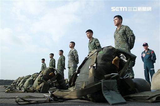 傘訓學員正整裝穿傘準備登機實施空中跳傘。(記者邱榮吉/攝影)