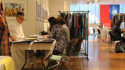 台灣紡織業者前進紐約  舉辦展示會台灣7家紡織業者參加紡拓會流行性紡織品美國專案拓銷團,18日在駐紐約辦事處舉辦展示會,與潛在買主面對面洽談。中央社記者尹俊傑紐約攝  108年9月19日