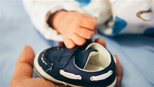 姑姑買鞋子給姪子/pixabay