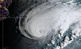 百慕達,颶風,洪柏托,吹斷電線,陷入黑暗(圖/截圖自推特)