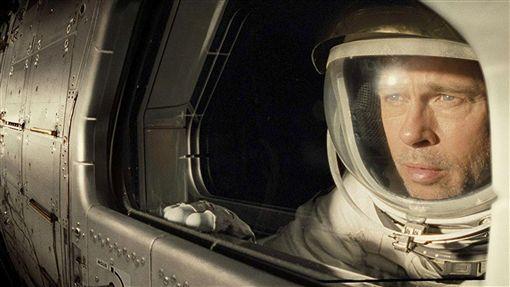 布萊德彼特婚變後拍星際救援  心境入戲美國影星「小布」布萊德彼特(Brad Pitt)(圖)監製並主演新片「星際救援」,在片中飾演一名太空人,為尋找在外太空任務下落不明的父親,踏上星際之旅;布萊德彼特表示,他將自己在現實生活中對親密關係的不確定感,放進角色之中,用演技渲染出男主角的疏離與脆弱。((雙)喜電影提供)中央社記者洪健倫傳真  108年9月19日