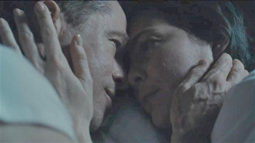 布萊德彼特婚變後拍新片  與麗芙泰勒感情觸礁影星布萊德彼特(左)在2016年正式離婚後,隔年投入新片「星際救援」製作與拍攝,與女星麗芙泰勒(Liv Tyler)(右)在片中飾演感情觸礁的夫妻,巧妙呼應布萊德彼特的現實生活。((雙)喜電影提供)中央社記者洪健倫傳真  108年9月19日