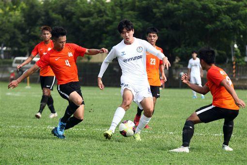 ▲亞洲大學足球賽,韓國球員(白)試圖擺脫對手。(圖/大會提供)