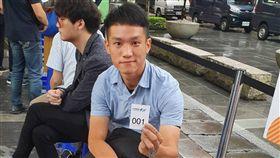 iPhone11開賣  他等快6天搶頭香蘋果iPhone 11系列20日在台開賣,搶得中華電頭香的客戶是27歲的洪先生排隊了近6天,他從事服務業,這次瞄準iPhone 11 Pro Max而來。中央社記者江明晏攝  108年9月20日