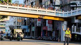 台中市,懸日,拍照,美景,擠滿天橋(圖/警方提供)中央社