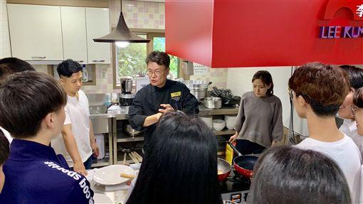 中餐名廚呂敬來漢城僑中傳授中華廚藝為使中華料理能夠在旅韓華僑年輕一代傳承下去,被韓國媒體讚譽為中華名廚的呂敬來(中)19日在漢城僑中向烹飪社團學生傳授廚藝。中央社記者姜遠珍首爾攝  108年9月19日