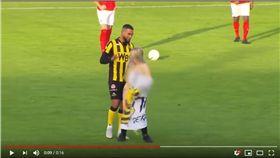 ▲1名裸女在比賽進行中跑進球場助興。(圖/翻攝自YouTube)