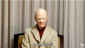 「我來自未來」神秘男曝3百年後的世界:我們都被電腦控制(圖/翻攝自ApexTV YouTube)