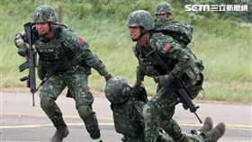 特五營戰士對戰傷弟兄實施救護。(記者邱榮吉/攝影)