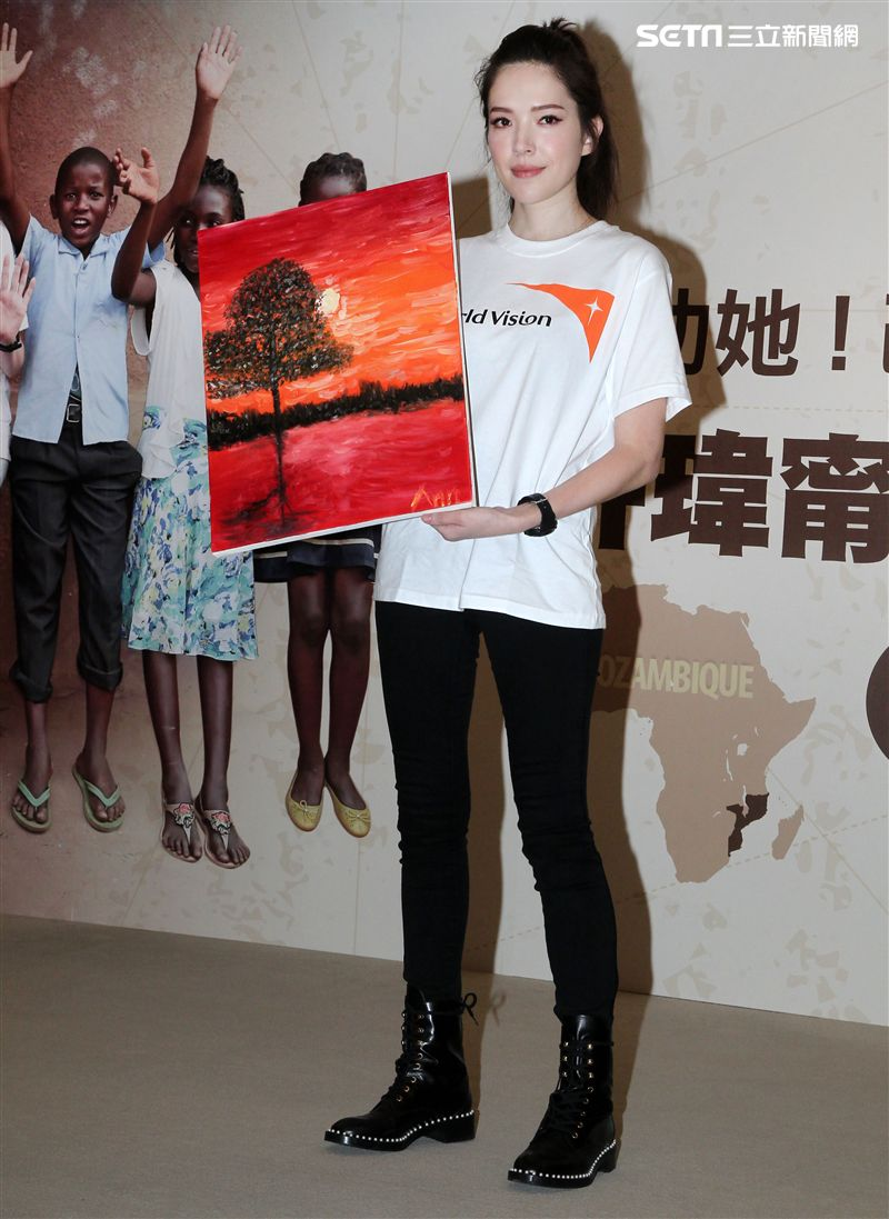 許瑋甯到莫三比克關懷弱勢女童,學習在地顏料製程與孩子們大展藝術天分。(記者邱榮吉/攝影)