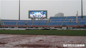 桃園棒球場因雨延賽。(圖/記者王怡翔攝影)