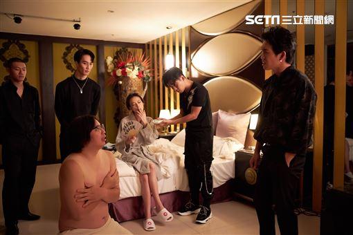 電影風格讓導演馬上力邀摩登台代表人物李英宏,為《江湖無難事》打造電影主題曲-《無經驗可》。 華映娛樂提供
