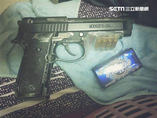 曹姓廟公將改造手槍藏在天公爐的香灰下方遭海巡署幹員查獲(翻攝畫面)