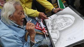 史明百歲生日分享會(2)海內外70多個社團5日下午在總統府前凱達格蘭大道共同舉辦「史明百歲生日分享會」,台灣獨派大老史明出席活動,在支持者為他畫的肖像上簽名。中央社記者吳家昇攝 106年11月5日